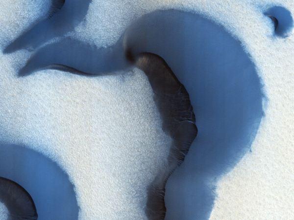 در طول تابستان، در قطب شمال مریخ، تمام یخ های پوشیده شده روی سطح سیاره از بین می رود و ترک هایی که در زیر آنها قرار داشته هویدا می گردد. این ترک ها احتمالا به خاطر گسترش یخ های زیر زمین و تغییر فصول ایجاد شده اند.