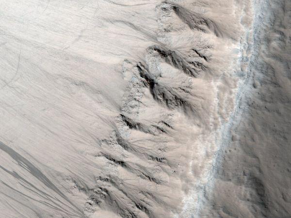 زمین شناسان بر این باورند قلمرویی که در این تصویر می بینید و بر حسب اتفاق شباهت زیادی هم به فلات  کلورادو دارد زمانی شکل گرفته که به علت روانه شدن سیل به سرعت سرد شده اند. عکس بالا مساحتی در حدود نیم مایل را به تصویر می کشد.