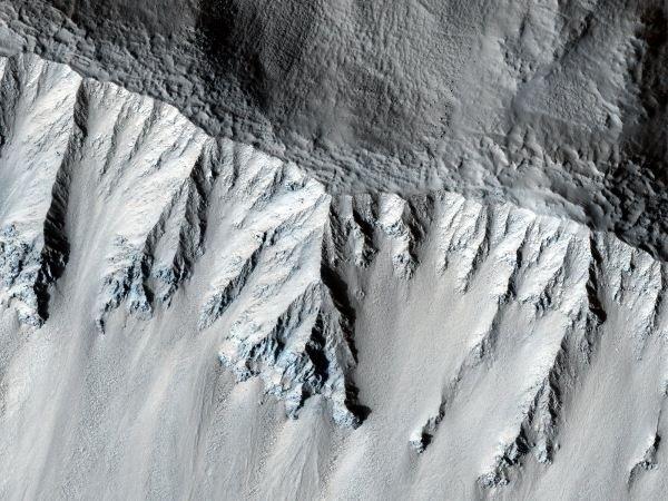 این عکس لبه بالایی یک کوه آتش فشان را نشان می دهد که به اعتقاد دانشمندان به خاطر تیزی بیش از حدش نسبتا تازه است. این کوه آتش فشانی در عرض جغرافیایی میانی مریخ قرار دارد.