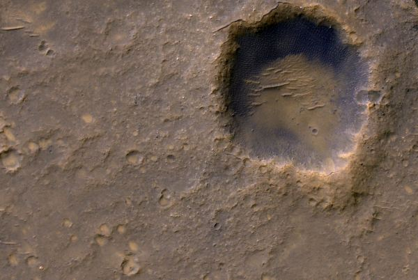 در گوشه بالا سمت راست این عکس سکویی را می بینید که قطر آن به 610 متر  می رسد و کاوشگر Spirit Mars متعلق به ناسا پس از فرودش در سال 2004 میلادی آن را ایجاد کرده. کلیه عملیات های انجام شده توسط این ربات در فاصله دو مایلی از شرق محل فرودش صورت پذیرفته اند.