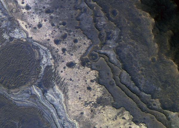 در این تصویر که از منطقه Samara Valles گرفته شده لایه هایی از صخره را می بینید که مانند پلکان روی یکدیگر قرار گرفته اند. ماده صورتی رنگی که در قسمت بالایی سمت راست تصویر می بینید عقیق است که سنگ قیمتی ملی استرالیا هم هم هست.