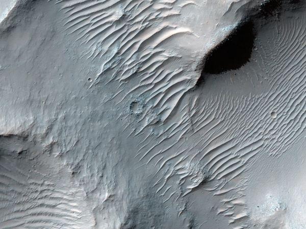 یگی از طولانی ترین دره ها در مریخ Samara Valles نام دارد که طول آن به 621 مایل می رسد. تصویری که به می بینید متعلق به یکی از عمیق ترین بخش های آن است.
