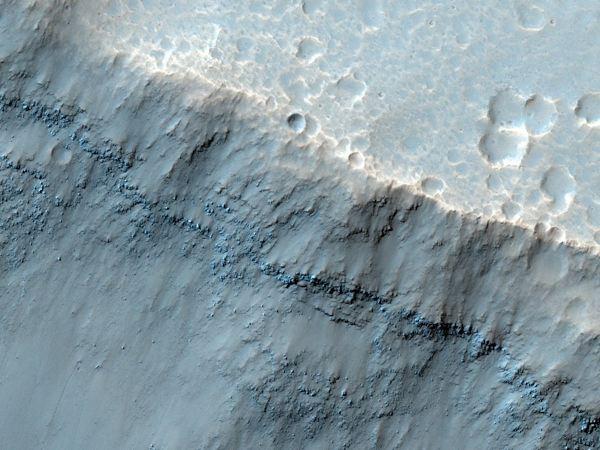 تصویری که در اینجا می بینیددر حدود دو سوم مایل از مساحت منطقه  Aureum Chaos را به خود اختصاص داده. این قسمت از جمله معروف ترین مناطق مریخ است که در حدود 100 سال پیش توسط فضانوردی به نام جیووانی ویرجینیو شیاپارلی کشف شد.