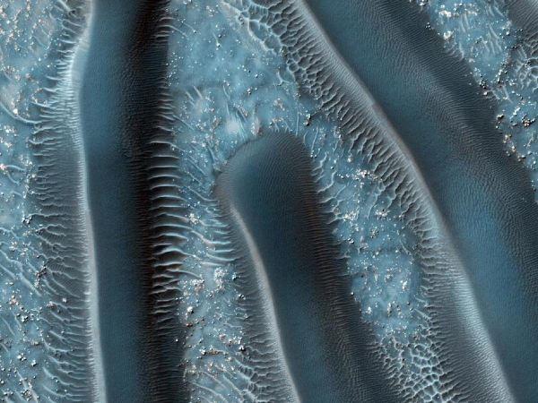 در این تصویر می توانید فلات هایی را با شیب های ملایم ببینید که سطح رویشان را شن های روان پوشانده است. فضای موجود بین این شیب ها به باد حساس است و دانشمندان از روی آنها می توانند به تاریخچه محیط پیرامونی این فضا پی ببرند.