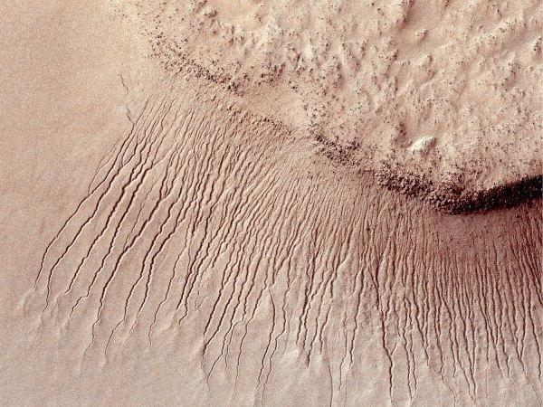 عرض کانال هایی که در این تصویر می بینید بین یک تا 10 متر است. این کانال ها در یکی از بزرگ ترین چاله های منظومه خورشیدی به نام Hellas واقع شده اند که آن نیز در نیم کره جنوبی مریخ قرار دارد.