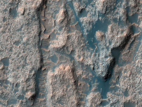 سطح بافت مانندی که در این تصویر می بینید بخشی از گودال پولاس است که در نزدیکی مدار میانی مریخ واقع شده. پژوهشگران بر این باورند که این گودال زمانی بستر یک دریاچه بوده و بعدها خشک شده است.
