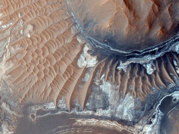 روی سطح مریخ مازی به نام Noctis Labyrinthus وجود دارد که به معنای «دخمه شب» است. این ماز به خاطر دره های عمیقش شناخته شده که به دور یکدیگر پیچیده و شکلی زیبا را در سطح این سیاره به وجود آورده اند.