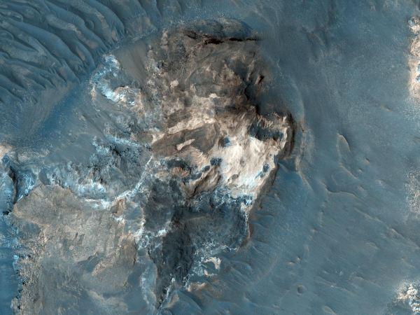 در این عکس بخشی از یک منطقه به شدت ناهموار به نام Aureum Chaos را می بینید. زمین مضرسی که در عکس مشاهده می کنید کانال ها و فرسایشی را نشان می دهد که به باور دانشمندان به خاطر سیل گسترده مایعات در این منطقه شکل گرفته اند.