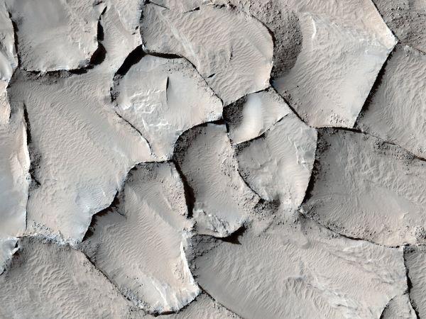 عاملی که باعث شکل گیری این سطح شیاردار در منطقه Gordii Dorsum مریخ شده هنوز هم ناشناخته است. تپه های شنی موجداری که در این منطقه به چشم می خورند نشان می دهند که این ترک ها زمانی تپه های بزرگی بوده اند که به مرور زمان و بنا بر دلایل ناشناخته سخت شده اند.