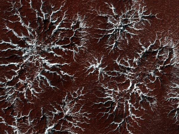 با بالا رفتن دما در فصل بهار، یخ دی اکسید کربن موجود در کلاهک های قطبی طی فرایند تصعید به گار تبدیل شده و وارد جو می شوند و این اشکال ستاره ای زیبا را از خود برجای می گذارند. اینکه چرا فرایند ذوب شدن یخ های یاد شده باعث شکل گیری چنین طرح هایی می شود، مساله ای است که ذهن پژوهشگران را هم به خود مشغول کرده.