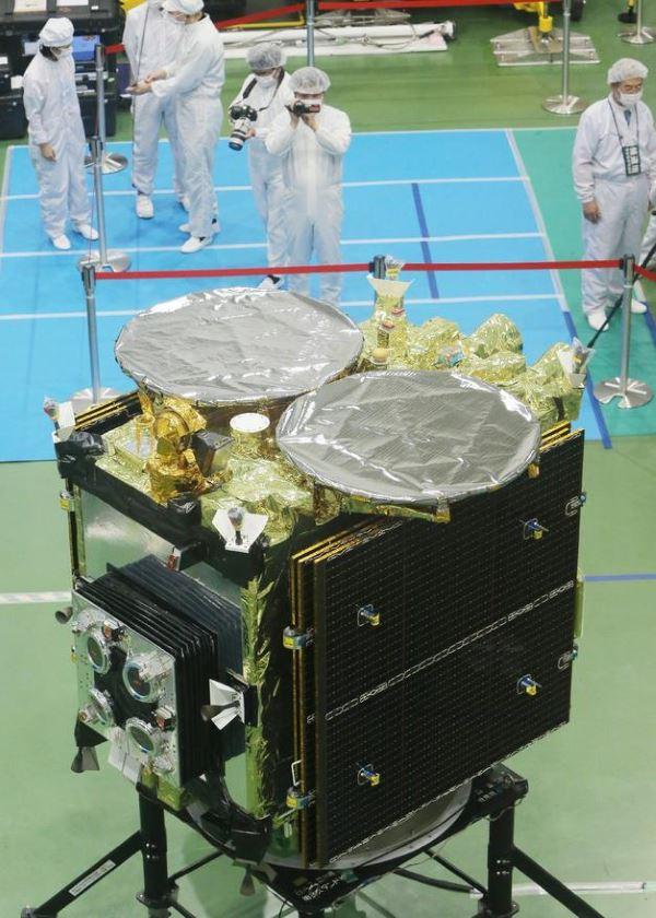 هایابوسا ۲ از جمله دستاوردهای ژاپنی ها محسوب می شود و با فرستادن یک بمب کوچک بر روی سطح سیارک ها و منفجر کردن آنبه ایجاد یک حفره در آنهامی پردازد.پس از طی شدن این مراحل از طریق یک دوربین بررسی دهانه ی حفره ایجاد شده و همینطور مواد موجود بر روی سطح سیارک آغاز می گردد.