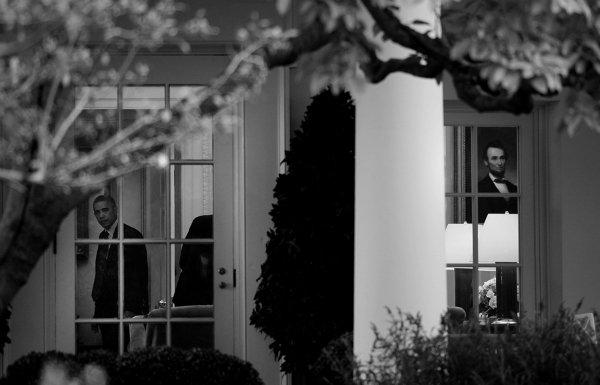 برنده شاخه آمریکا؛ باراک اوباما از پنجره کاخ سفید به بیرون نگاه می کند. نقاشی آبراهام لینکلن که در پنجره کناری مشخص است، به جذابیت های این عکس افزوده است.