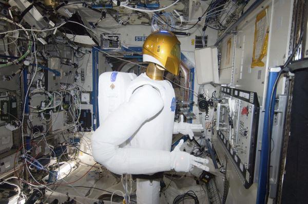 روبوناوت ۲احتمالاً برای بسیاری از افراد جالب باشد، زیرا صحبت از رباتی است که در ایستگاه فضایی زندگی می کند، بر روی سرش یک دوربین دارد و برای به سرانجام رساندن امور محوله نیازمند یک ناظر انسانی به صورت دائم و ثابت نیست. طبق گفته ی وب سایت CNet ربات مذکور که از ۲۰۱۱ در فضا ساکن شده می تواند ابزارهای مختلفی را در دست گرفته و به کار با آنها بپردازد، پیچ ها را سفت کرده و همچنین قابلیت انجام امور به صورت اتوماتیک یا تحت نظارت و کنترل انسان را نیز دارا است.