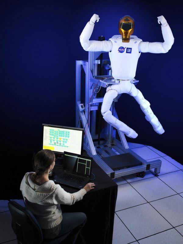 سال ۲۰۱۴ دو عدد پا نیز به نیم تنه ی ربوناوت ۲ اضافه شد تا ظاهرش بیشتر به انسان شبیه گردد، امید می رود با ارتقاهایی که در آینده بر روی آن صورت می گیرد فضانواردان قادر شوند از ربوناوت ۲ در بیرون از ایستگاه فضایی بین المللی و در حین راهپیمایی های فضایی کمک گیرند.