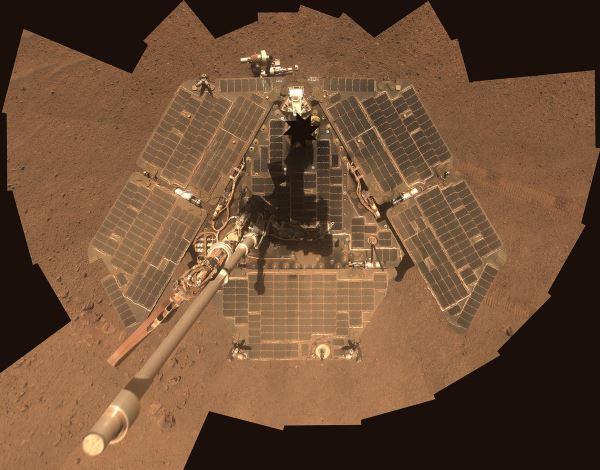 بازوی رباتیکOpportunity دارای دو طیف سنج و یک ابزار تصویربرادر میکروسکوپی است؛ این ربات نیز هم اکنون بر روی سطح سیاره سرخ ساکن بوده و به تحقیق در مورد آن می پردازد.