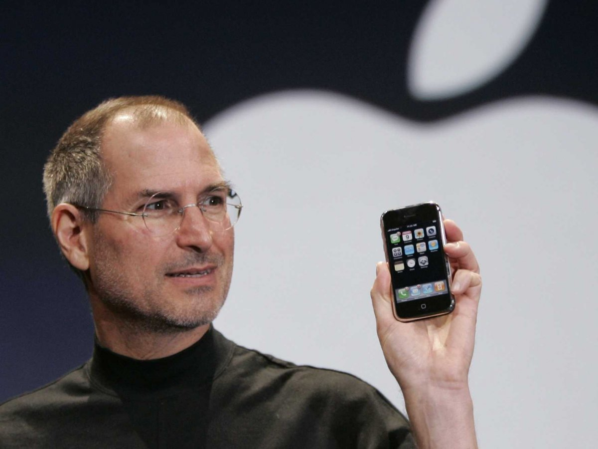 steve-jobs-unveils-first-iphone-33
