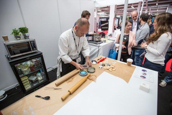 تعدادی سرآشپز را می بینید که مشغول آماده کردن آبنبات های پرینت شده هستند.