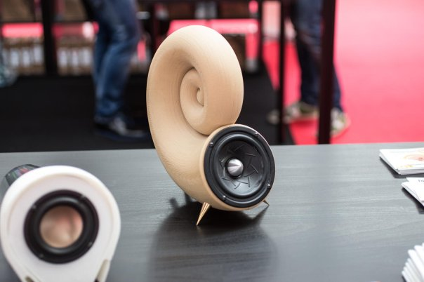 این اسپیکرها حاصل تلاش شرکت Filamentum هستند که بخش هایی از آنها را با استفاده از تکنولوژی پرینت سه بعدی ساخته است.