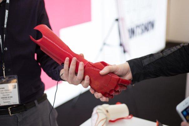 پرینت سه بعدی مصارف زیادی در حوزه پزشکی دارد. این اندام مصنوعی توسط شرکتی به نام OpenBionics چاپ شده و از طریق تکانه ماهیچه ای کنترل می شود.