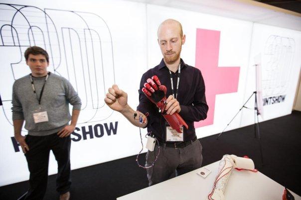 هدف از ساخت این دست مصنوعی، آنطور که سازندگانش می گویند این است که روزی، نیازمندان به این نوع اندام ها بتوانند با پرداخت مبلغی کمتر از 1000 دلار آنها را خریداری کنند.