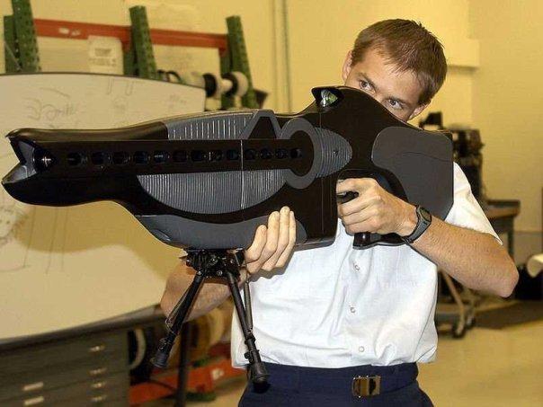 نام این سلاح تفنگ شخصی واکنش وقفه دار و برانگیخته شده (PHARS) است که توسط وزرات دفاع آمریکا ساخته شده. این سلاح مرگبار نیست و برای نشانه گیری اهداف کور طراحی شده.