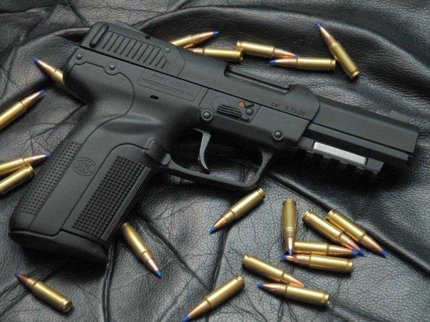 تفنگ FN Five-Seven به خاطر توانمندی اش برای نفوذ به انواع زره ها و پوشش های بدنی مشهور است. این تفنگ به قدری قدرتمند است که آمریکایی ها صرفا به همراه مهمات ورزشی اجاز خرید و استفاده از آن را دارند.