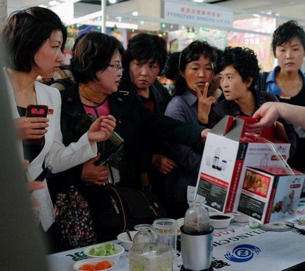 @shinchoi: شین یکی دیگر از معلمان پیونگ یانگ است. شین تصاویری را از مردم کره در حین انجام فعالیت های مختلف منتشر می کند.