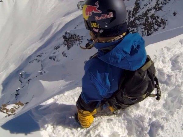 گروهی از اسکی بازان ماجراجو و علاقمندان به اسنوبرد در حالی که در لبه یک شیب تند در رشته کوه های آندس ایستاده اند با استفاده از یک دوربین GoPro از خود فیلم می گیرند.