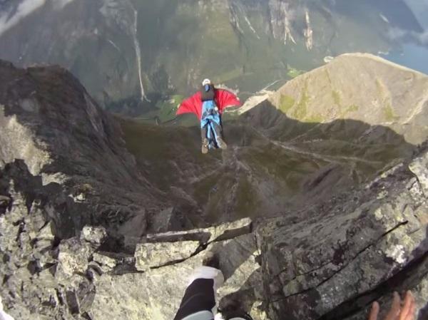 در این تصویر یک فرد ماجراجو را می بینید که یک دوربین GoPro را به دو کلاه خود پیچیده و پرش از ارتفاع را تجربه می کند