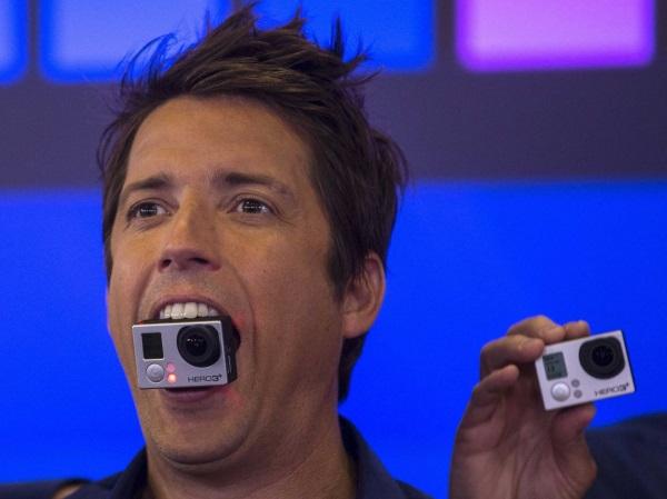 سهام کمپانی GoPro در تاریخ 26  ژانویه 2014 به صورت عمومی عرضه شد و هر سهم آن با قیمت 31.34 دلار معامله گردید. طبق اسناد کمیسیون ارز و اوراق بهادار ایالات متحده آمریکا، مادر، پدر و دو خواهر او همگی پس از عرضه این سهام، میلیونر شدند.