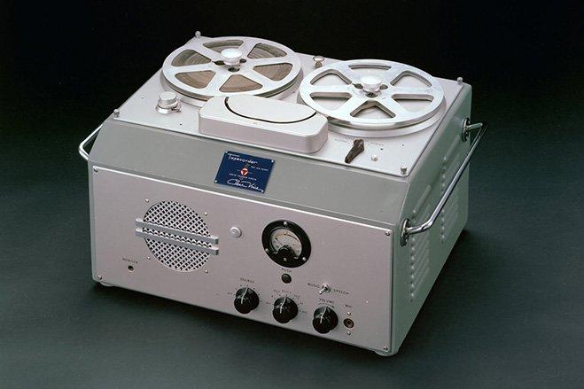 سال ۱۹۵۰ - سونی اولین دستگاه ظبط صوت را در ژاپن می سازد. نام این محصولType G بود و صرفا در اختیار مراکز و سازمان های دولتی قرار داشت.