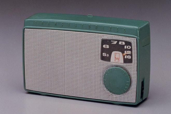 سال ۱۹۵۵ - کمپانی مورد بحث اولین رادیوی ترانزیستوری را با نامTR-55 عرضه کرد.