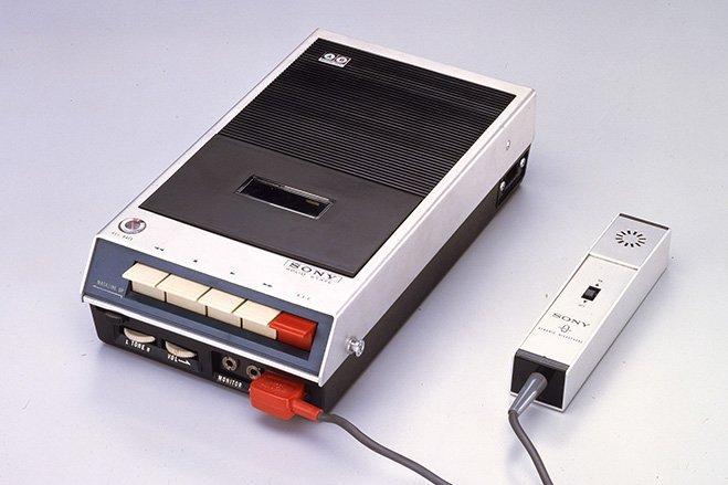سال ۱۹۶۶ - سونی اولین دستگاه های ظبط کننده صدا بر روی نوارهای کاست را با نام TC-100 به بازار فرستاد.