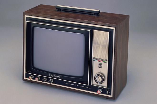 سال ۱۹۶۸ - سونی با همکاری CBS، ازSony Records پرده برداشت. شرکتی که در اصل به هنرمندان کمک می کرد تا آثار خود را ظبط کرده و سپس به مردم معرفی کنند. لازم به ذکر است که در سال ۱۹۸۸ سونی همه سهام این شرکت را به دست گرفت و سهم CBS را خرید. از آن پس نیز این بخش با نامSony Music Entertainmen شناخته می شود. در سال ۱۹۶۸ همچنین سونی اولین تلویزیون رنگی خود را با کدKV-1310 و سریTrinitron -ترینیترون عرضه کرد. این تلویزیون در آن زمان از روشنایی و کیفیتی دوبرابر بیشتر از محصولات قبلی بهره می برد.