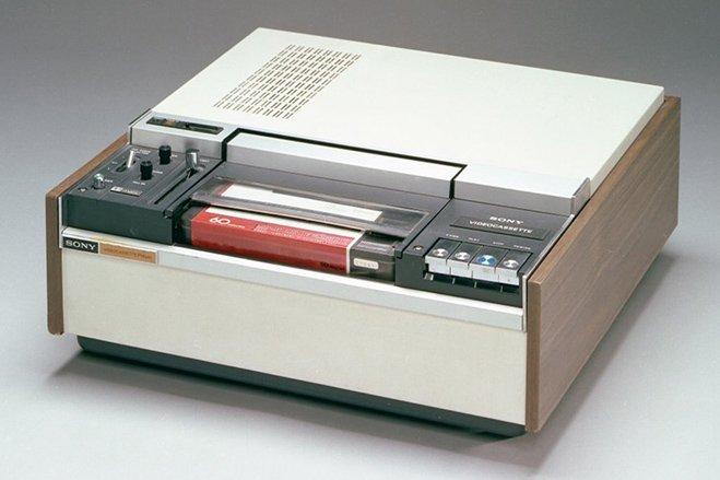سال ۱۹۷۱ - سونی از VP-1100 پرده برداشت؛ یک دستگاه پخش کننده کاست هایی ویدیویی که قادر بود نوارهای کاست ویدیویی و رنگی را به نمایش بگذارد. در سال ۱۹۷۲ نیز این شرکت یک مدل جدیدتر از همین محصول را معرفی کرد که قادر بود تصویر یک شبکه را در حالی که به تماشای شبکه ی دیگری می پرداختید، ظبط کند.