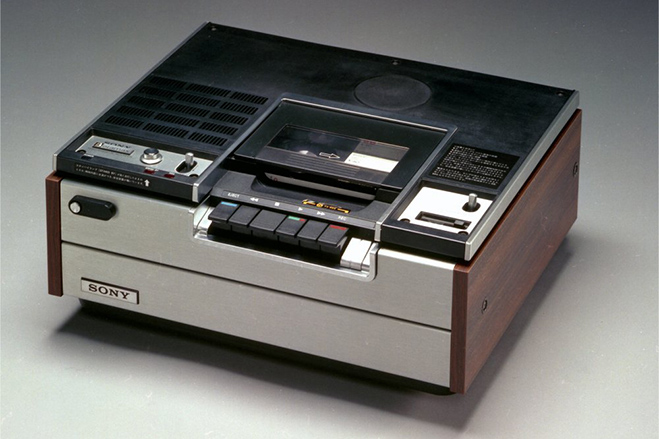 سال ۱۹۷۵ - سونی ازBetamax پرده برداشت؛ نوعی جدید از ظبط کننده های ویدیویی. نام این مدل در اصلSL-6300 بود که از نسخه های پیشین قابلیت ها و همچنین کیفیت بیشتری داشت.