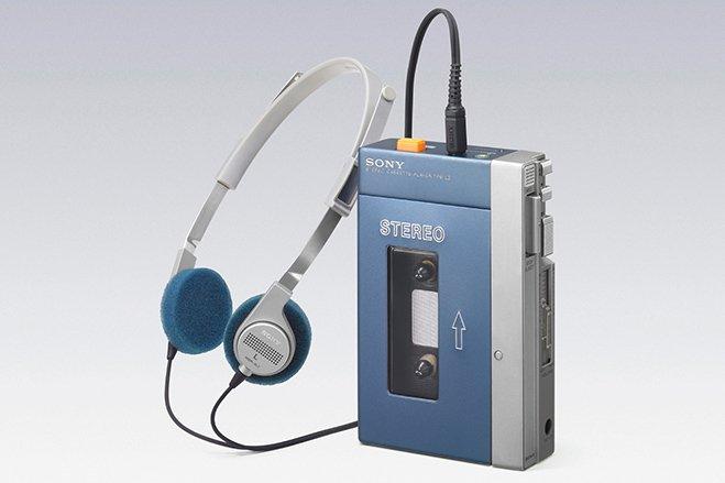 سال ۱۹۷۹ - سونی از اولین نسل واکمن پرده برداشت. دستگاهی که می توانست به شکل قابل حملی یک نوار کاست را برای شما پخش کرده تا همواره و در همه ی مکان ها، به موسیقی دسترسی داشته باشید. کداولین مدل از واکمنTPS-L2 بود.
