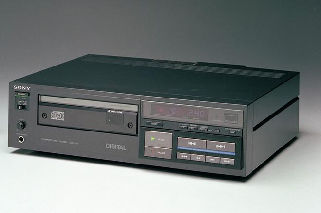 سال ۱۹۸۲- سونی اولین پخش کننده CD را به شکل جهانی به فروش رساند. این مدل با کد CDP-101شناخته می شد.
