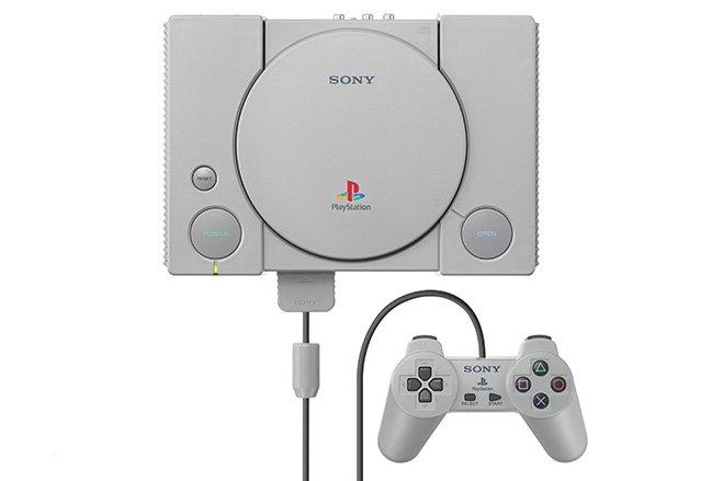 سال ۱۹۹۴ - کنسول بازیPlayStation در ژاپن به فروش رسید. محصول مورد بحث در سال ۱۹۹۵ به بازار ایالات متحده و اروپا رسید و تا پایان سال ۱۹۹۶، بیش از ۱۰ میلیون دستگاه به فروش رسیده بود. این آمار تا پایان ۱۹۹۸ به بیش از ۵۰ میلیون دستگاه رسید.