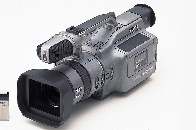 سال ۱۹۹۵ - سونی،DCR-VX1000 را معرفی کرد که یک دوربین دستی برای ظبط ویدیو به شمار می رفت.
