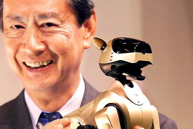 سال ۱۹۹۹ - آقایNobuyuki Idei به سمت مدیر عاملی سونی منصوب می گردد. سونی همچنین در آن سال از «AIBO» پرده برداشت؛ یک سگ رباتیک که می توانست توسط استفاده کننده آموزش ببیند و همچنین احساسات خود را بیان کند.