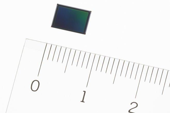 سال ۲۰۱۴ - سونی توانست با مهندسی بالای خود در امر ساخت سنسورهای دوربین، سنسوری بسیار کوچکرا به نامExmor RS IMX230 توسعه دهد. در این سنسور از تکنولوژی خاصی بهره گرفته شده بود که به سونی اجازه می داد دو چیپ را در این سنسور روی همدیگر قرار دهد. همین امر به سازندگان تلفن های هوشمند کمک می کرد تا بتوانند موبایل هایی باریک تر را بسازند.