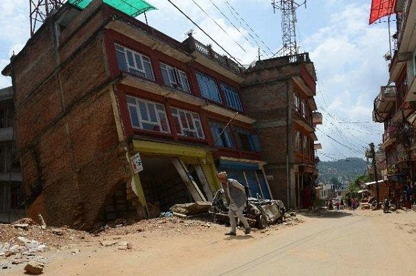 در این تصویر یک شهروند نپالی را مشاهده می کنید که از کنار خرابه های شهر Chautara در 40 کیلومتری شمال شرقی کاتماندو عبور می کند؛ خرابه هایی که به دنبال بروز دو زمین لرزه ماه های آوریل و می 2015 در این کشور  رخ داد. این دو زمین لرزه مجموعا 8800 کشته بر جای گذاشتند و به بیشت از 700 هزار منزل مسکونی خسارت زدند.