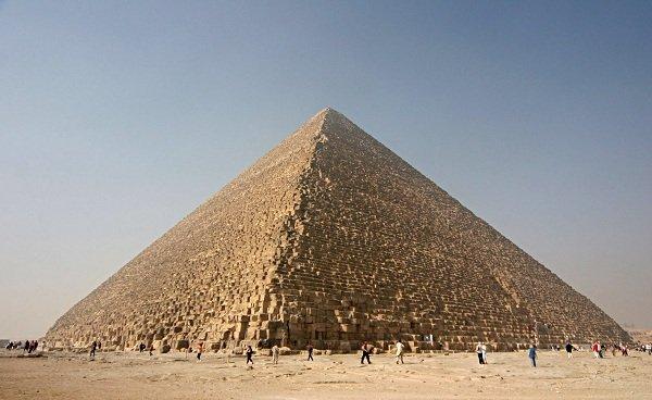 حدودا 2.5 میلیون بلوک سنگی برش داده و روی هم گذاشته شده اند تا هرم عظیم 5.75 میلیون تنی خوفوع ساخته شود.