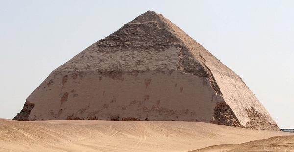 این عکس یکی از دو هرم ساخته شده توسط شاه سنفرو را به تصویر می کشد که در سال های 2551 الی 2575 میلادی کار ساخت آن در منطقه Dahshure آغاز شد. این را می توان نخستین تلاش ها برای ساخت یک هرم واقعی خواند اما زاویه دیواره های آن (52 درجه) بیش از اندازه تند بود و راس آن نیز با زاویه 43.5 شکلی گرد به خود گرفته بود.