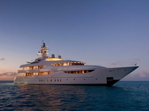 زمانی که اشمیت در یکی از ملک های یاد شده نباشد می توان او را در کشتی تفریحی 60 متری اش به نام Oasis پیدا کرد. براساس گزارشات وی 72.3 میلیون دلا را در سال 2009 صرف خرید این قایق کرد.