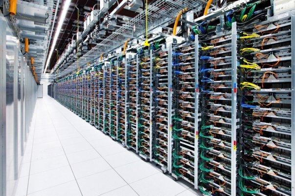 اما پس از آنکه به قسمت های پشتی این مراکز می روید. در این بخش ها با انبوهی از سرور و حافظه های کامپیوتری مانند تصویر بالا مواجه خواهید شد.