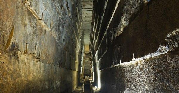 انتهای راهروی بزرگ به اتاق دفن پادشاه خوفوع می رسد که در عمیق ترین بخش هرم جای گرفته است.