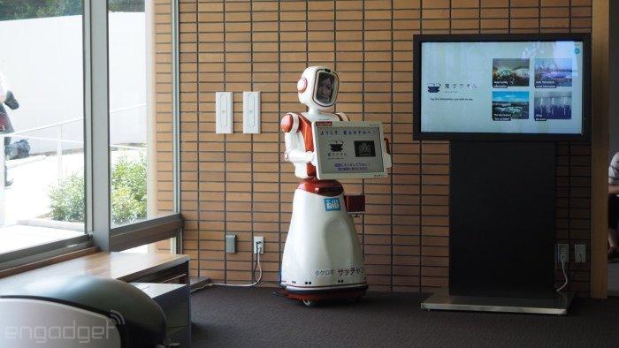 این ربات نیز با تابلوی اعلانات خود در قسمت هایی که لازم است حضور پیدا می کند.