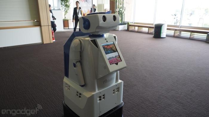 توریست هایی که علاقه مند به گشت و گذار در محیط های اطراف هتل هستند، می توانند اطلاعات لازم را از این ربات دریافت نمایند.